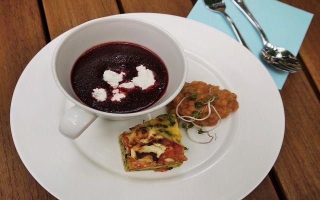 Suppentasse mit Inhalt auf angerichtetem Teller, Foto: Monika Damm, Sybille Wesenberg