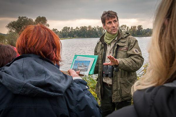 Ranger Oliver Büxler erklärt Hintergründe zum Vogelzug. Foto: Johannes Müller