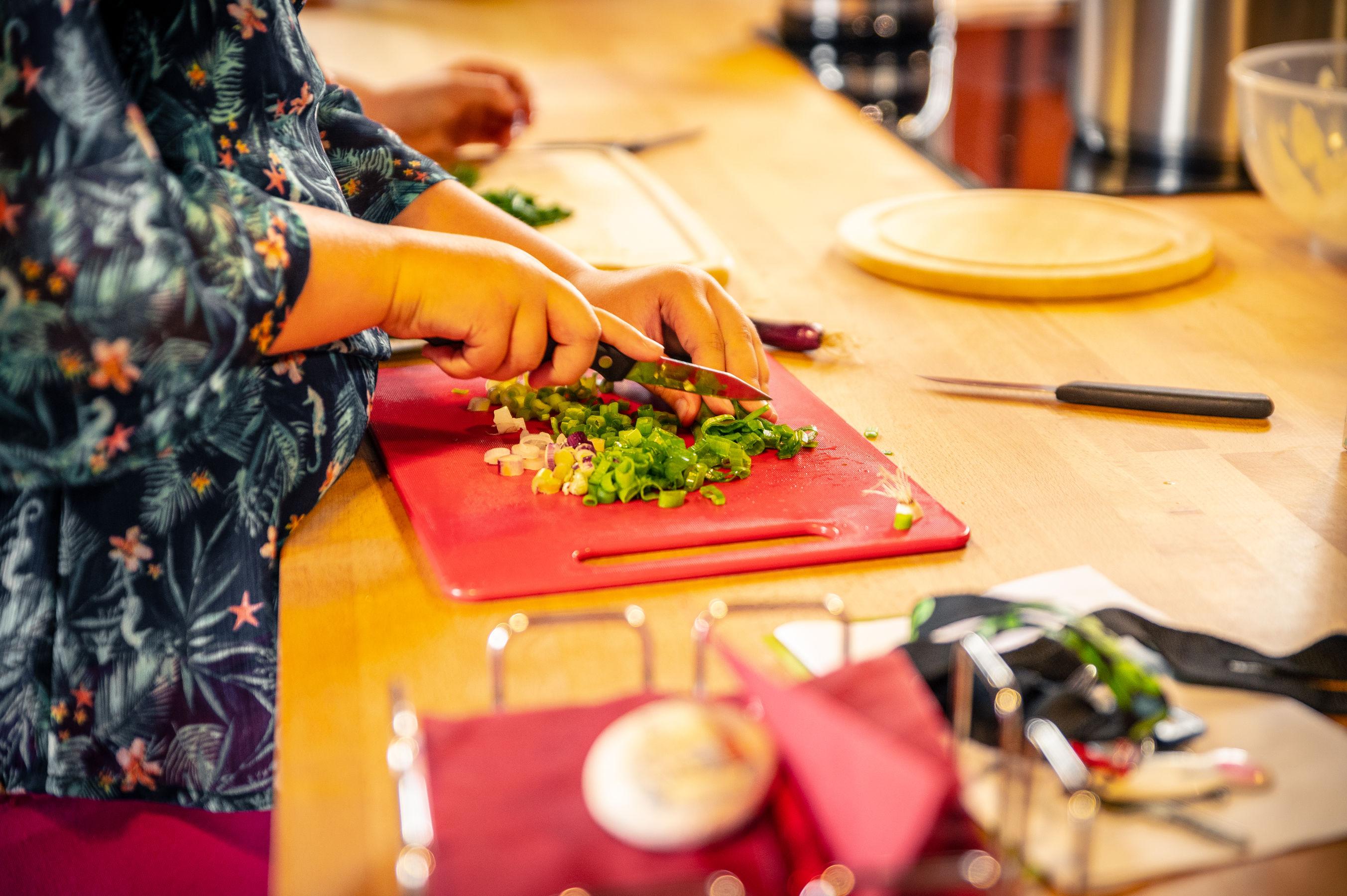 gemeinsames Kochen in der Alten Schmiede, Foto: Leon Kopsch, Lizenz: LÜBBENAUBRÜCKE