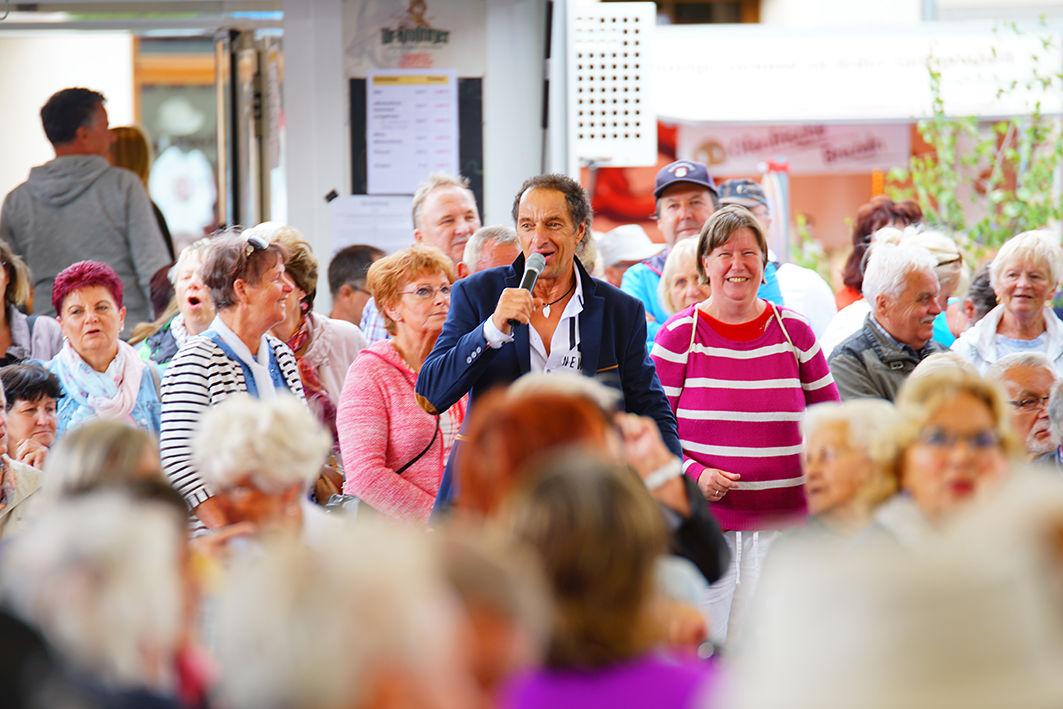 Schlagersänger Andreas Schenker singt in Mitten der Gäste des Spreewald- und Schützenfestes 2019, Foto: Stadt Lübbenau/Spreewald